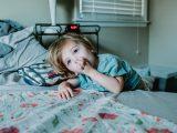 Fille dans une chambre d'enfant